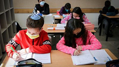 Fifth-grade Israeli students return to the Alomot elementary school in Efrat after weeks of remote learning, Feb. 21, 2021. Photo by Gershon Elinson/Flash90.