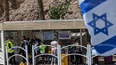 Israelis at the Taba border crossing after it was reopened for travelers on March 30, 2021. Photo by Flash90.