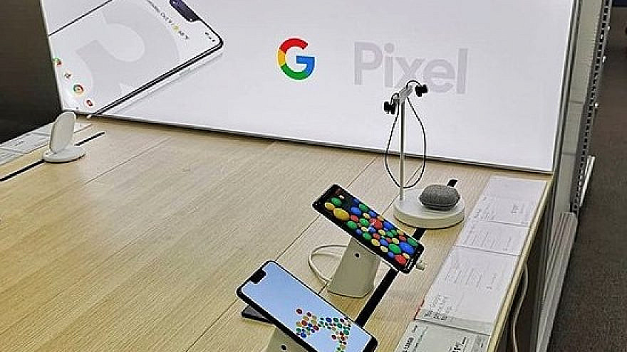 Photographs of Google Pixel 3 and Pixel 3 XL smartphones, 2018. Credit: Kazuhisa OTSUBO from Tokyo, Japan, via Wikimedia Commons.