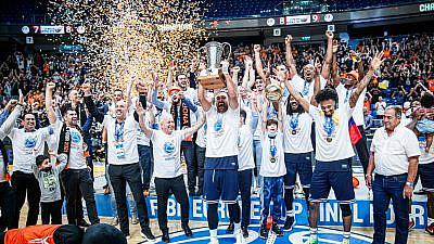 Israeli Basketball Premier League club Ironi Ness Ziona captain Tal Dan hoists the FIBA Cup, April 25, 2021. Source: Twitter/Ironi Ness Ziona.