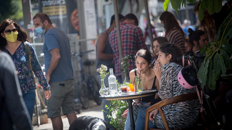 Crowds back out in Tel Aviv after a year of grappling with coronavirus lockdowns, April 4, 2021. Photo by Miriam Alster/Flash90.