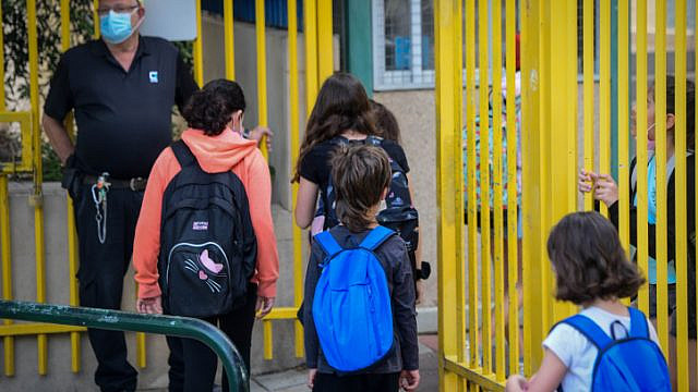 Israeli students return to school in Tel Aviv on April 18, 2021. Photo by Avshalom Sassoni/Flash90.