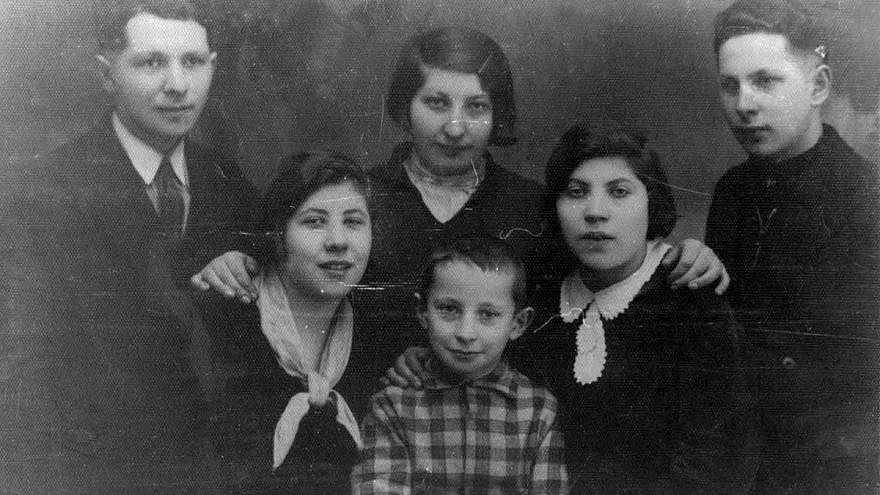 Six of the Bernstein siblings taken in Ylakiai, Lithuania, February 1933. Top row, from left: Arye-Leib, Ida and Benzion; bottom row, from left: Rivka, Menachem and Hinda. They were all murdered in the Holocaust except for Ida, who immigrated to Eretz Israel (Mandatory Palestine) on Feb. 5, 1933, taking this photo with her. Credit: Yad Vashem.