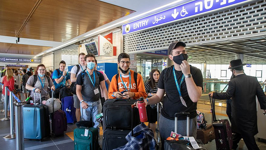 The first Birthright Israel group lands at Ben-Gurion International Airport, following a yearlong pause due to the coronavirus pandemic, May 24, 2021. Photo by Erez Uzir.