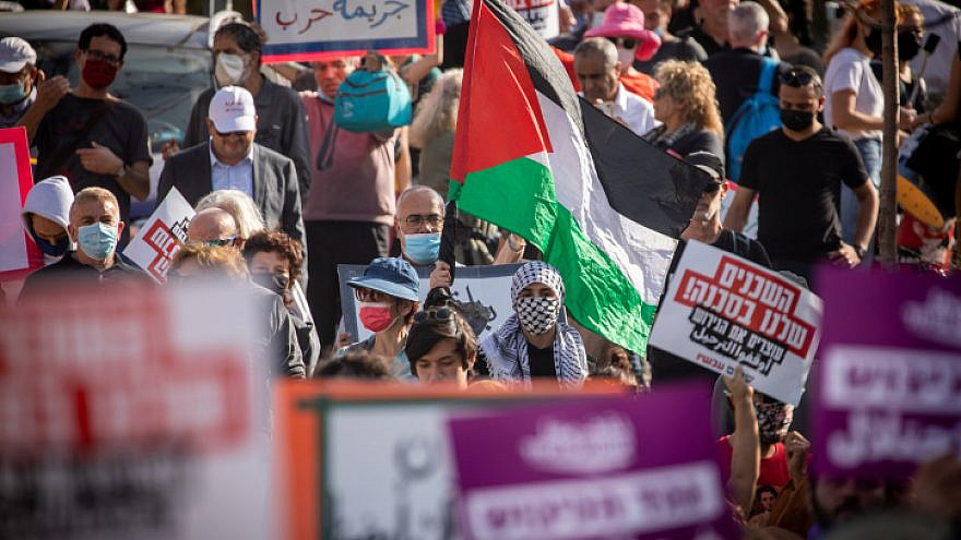Palestinians and left-wing activists protest in the eastern Jerusalem neighborhood of Sheikh Jarrah on April 16, 2021. Photo by Yonatan Sindel/Flash90.