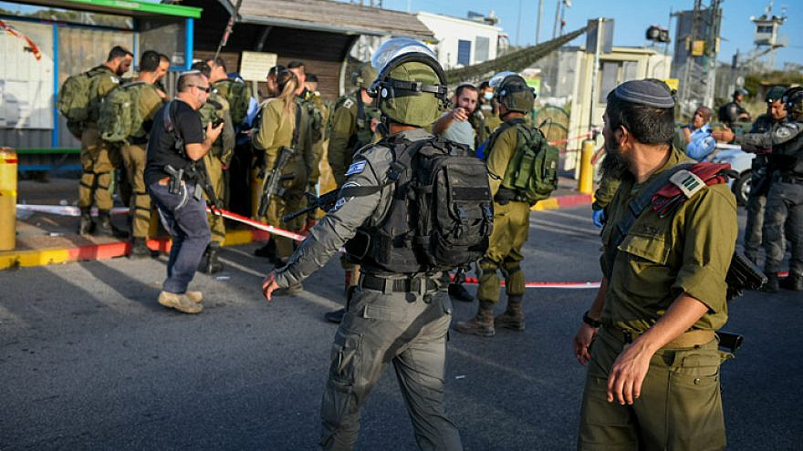 Israeli soldiers and police inspect the scene of a shooting attack at the Tapuach Junction near the city of Ariel in Samaria on May 2, 2021. Photo by Sraya Diamant/Flash90.