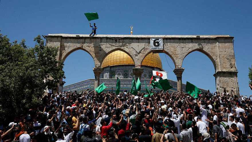 Residents of eastern Jerusalem gather on the Temple Mount, some holding Hamas flags, May 7, 2021. Photo by Jamal Awad/Flash90.