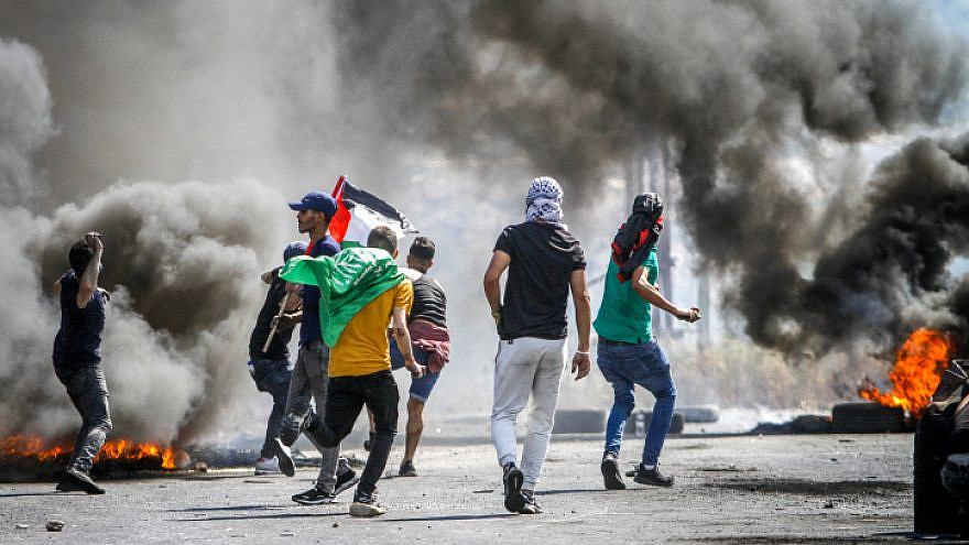 Palestinian protesters clash with Israeli security forces as demonstrations near the Hawara checkpoint, south of the West Bank city of Nablus, May 14, 2021. Photo by Nasser Ishtayeh/Flash90