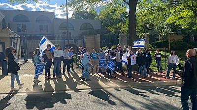 Pro-Israel rally-goers at the Israeli Embassy in Washington, D.C., on May 12, 2021. Photo by Dmitriy Shapiro.