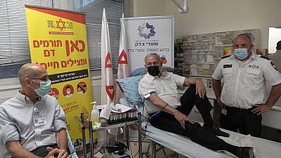 Israeli Prime Minister Benjamin Netanyahu donates blood at Shaarei Tzedek hospital in Jerusalem, April 30, 2021. Photo by Kobi Gideon/GPO.