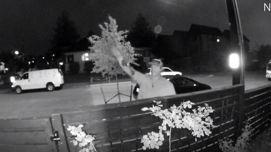A man seen outside a home of a Seattle Jewish family making anti-Semitic gestures and threats. Source: Screenshot.