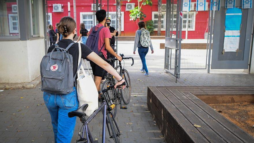 Israeli students wearing face masks to school in Tel Aviv, April 18, 2021. Photo by Avshalom Sassoni/Flash90.