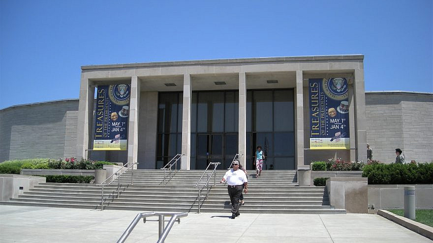 The exterior of the Harry S. Truman Presidential Library and Museum in Independence, Mo., July 14, 2007. Credit: Michael Barera via Wikimedia Commons.