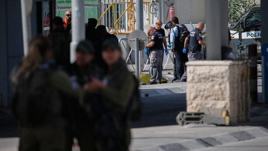 Israeli security forces guard at the scene of an attempted stabbing, at the Qalandiya Checkpoint near Ramallah, June 12, 2021. Photo by Jamal Awad/Flash90.
