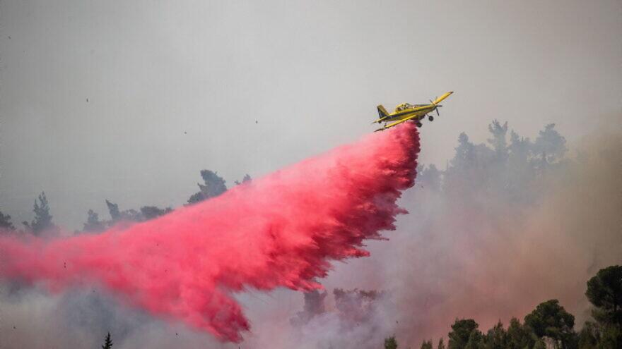 An Israeli firefighting plane battles a large forest fire near Neve Ilan, near Jerusalem, June 9, 2021. Photo by Yonatan Sindel/Flash90.