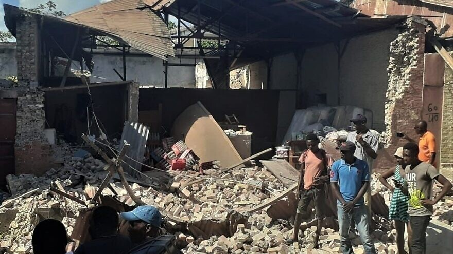 Haitians survey damage to buildings after a 7.2 magnitude earthquake on Aug. 14, 2021. Credit: Voice of America via Wikimedia Commons.
