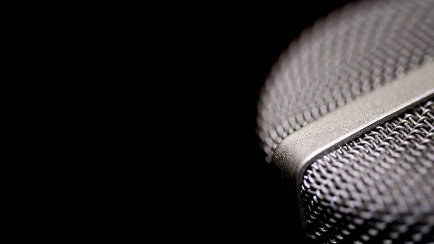 Radio microphone. Credit: Pixabay.
