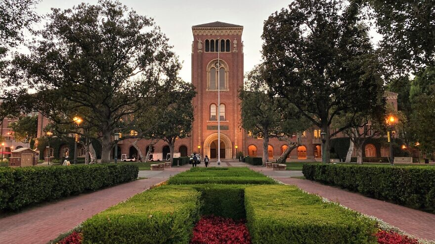 Bovard Auditorium on the campus of the University of Southern California. Credit: EEJCC via Wikimedia Commons.